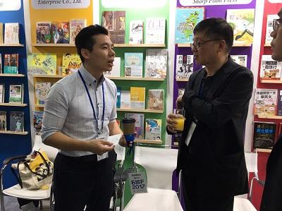 文化部人文及出版司司長朱瑞皓(右)與臺灣作家鄭匡宇(左)。