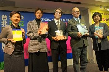文化部人文及出版司司長陳瑩芳(左起)、閱讀代言人林予晞、韓國主題國專案主持人朱然鮮、書展基金會董事長林訓民及執行長王秀銀合影。