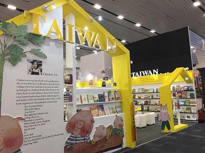 圖說:臺灣館以明亮鮮黃色搭配李瑾倫作品中活潑醒目的動物角色,一舉奪得中型展位設計首獎。