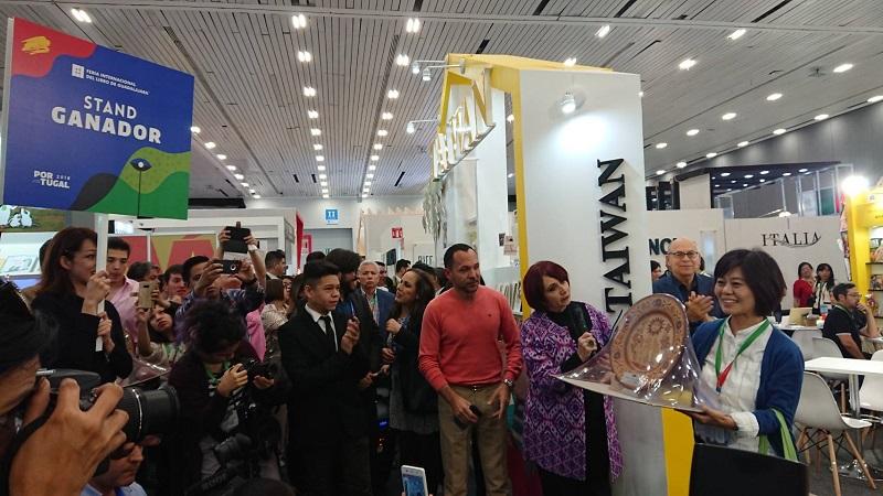 圖說:台北書展基金會執行長王秀銀代表獲頒獎盤,臺灣館立馬成為所有鎂光燈焦點。