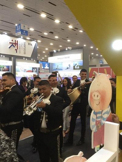 圖說:墨西哥傳統樂隊Mariachi在臺灣館內表演慶賀。