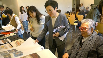 Deputy minister Hsiao-ching Ting and TBFF director Rex How flipping through the portfolio installation.
